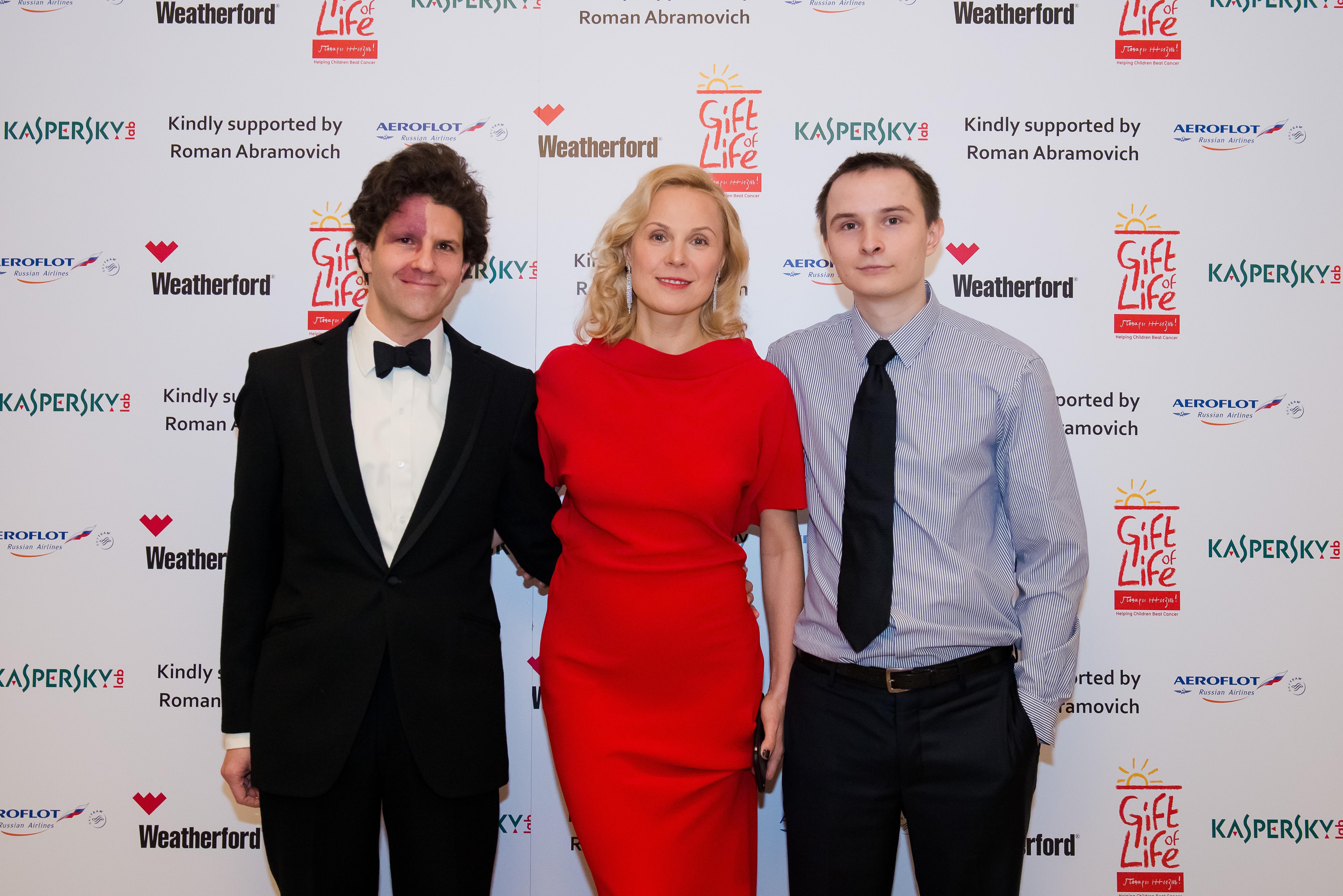 Дина Корзун, ее муж Луи Франк и сын Тимур на благотворительном вечере в пользу подопечных российского фонда «Подари жизнь» в отеле «Савой» в Лондоне. Январь 2015 г.