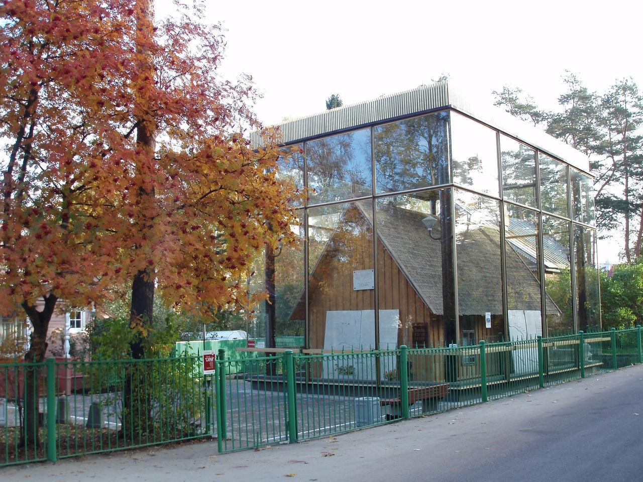 «Историко-культурный музейный комплекс в Разливе», рассказывающих историю места, где в июле-августе 1917 года скрывался В.В. Ленин.