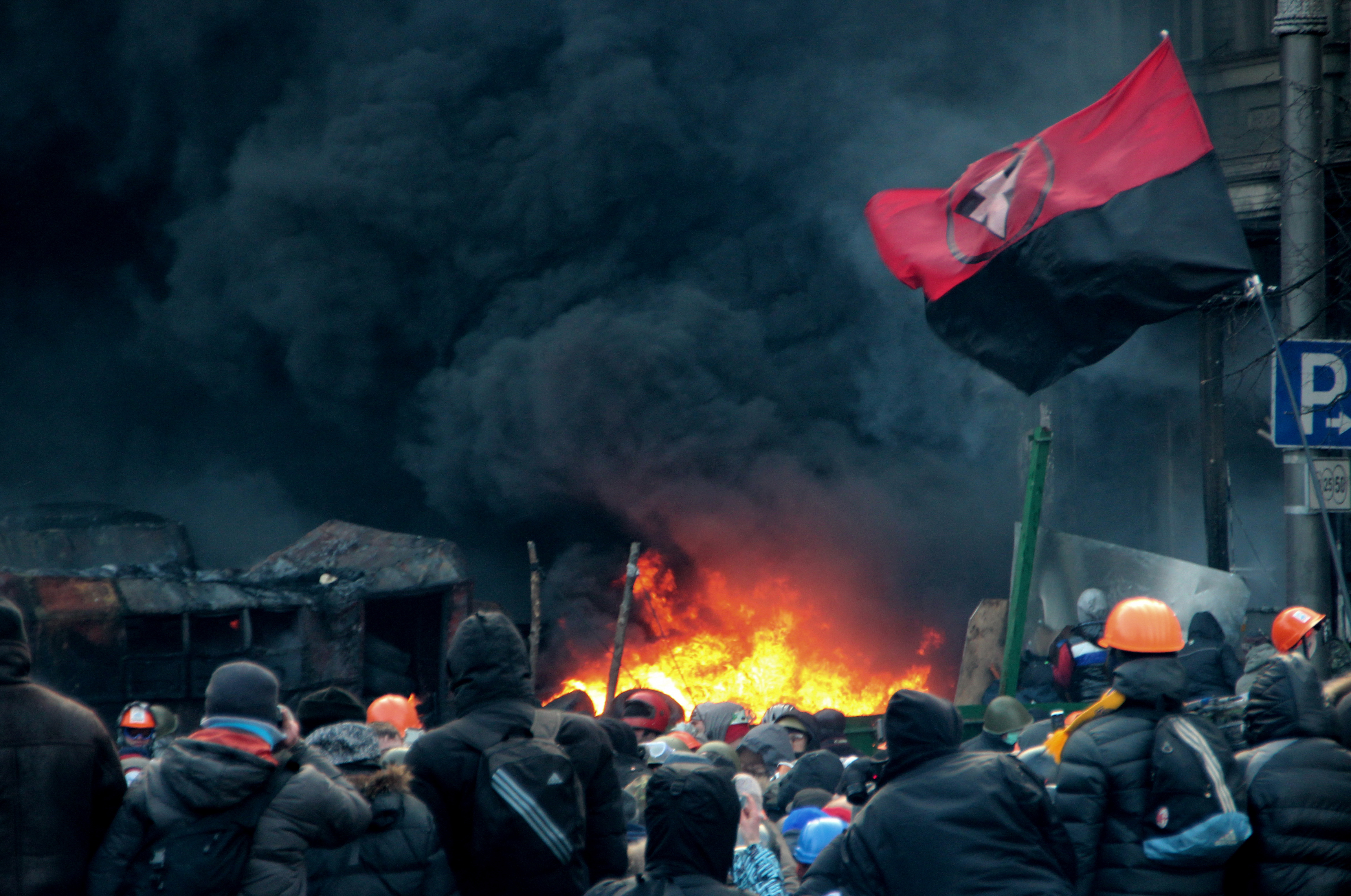 Украина, Киев. Улица Грушевского. Противостояние оппозиционеров со спецназом. Дым от горящих покрышек.