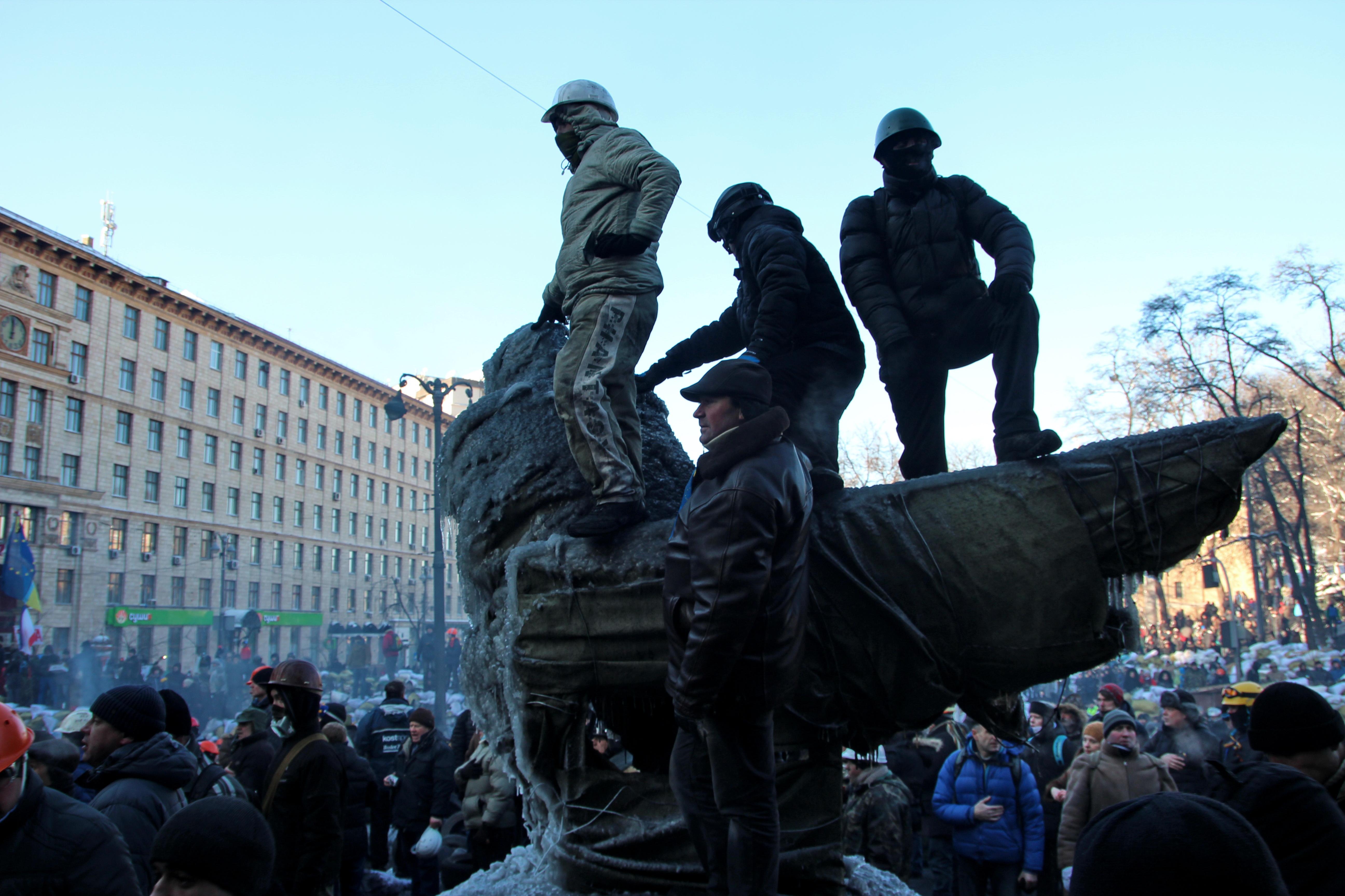 Украина, Киев. Противостояние активистов оппозиции и спецназа на улице Грушевского. Защитники евромайдана на баррикадах.