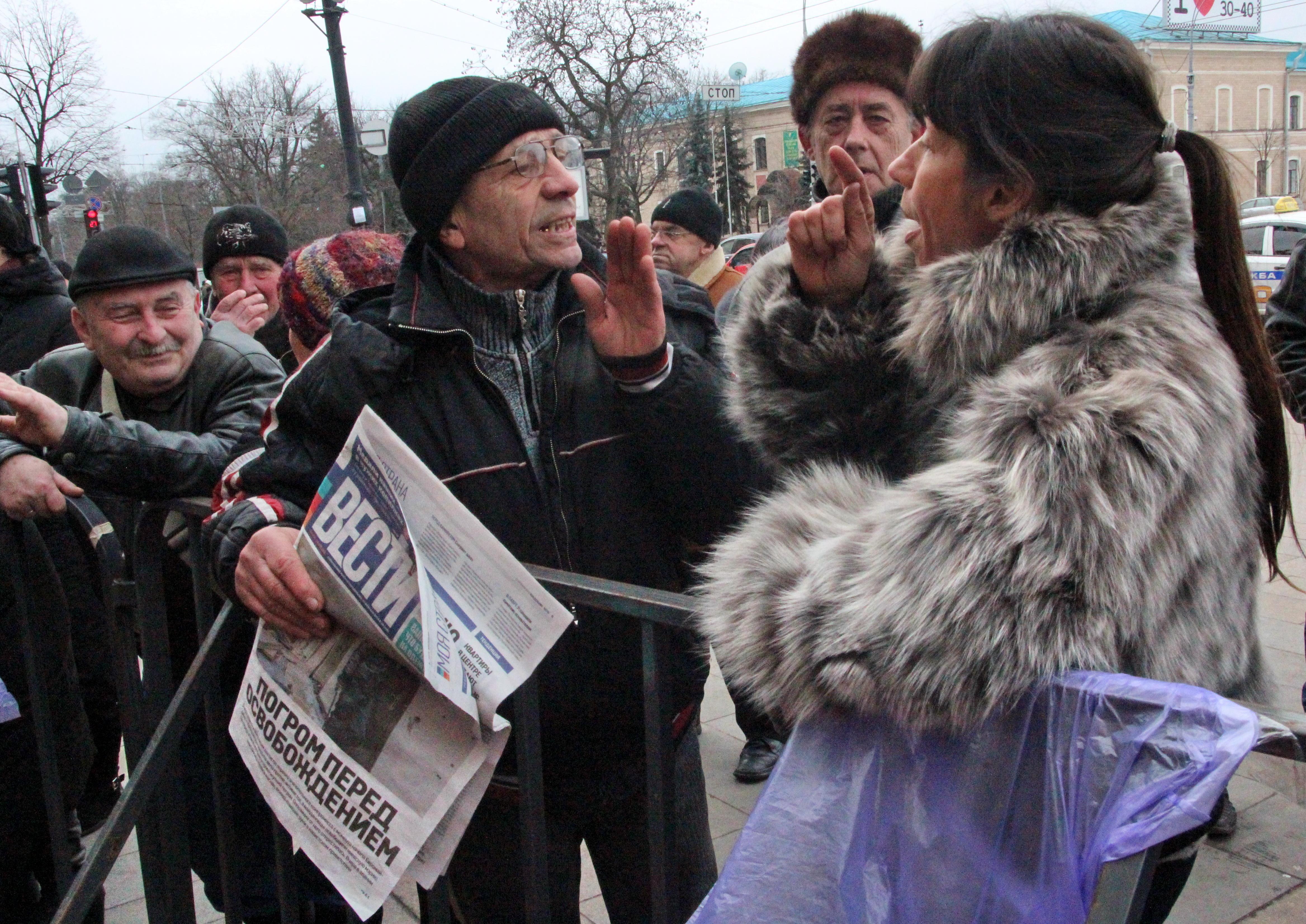 Харьков. Споры у здания областной администрации, занятой сторонниками Майдана. Март 2014
