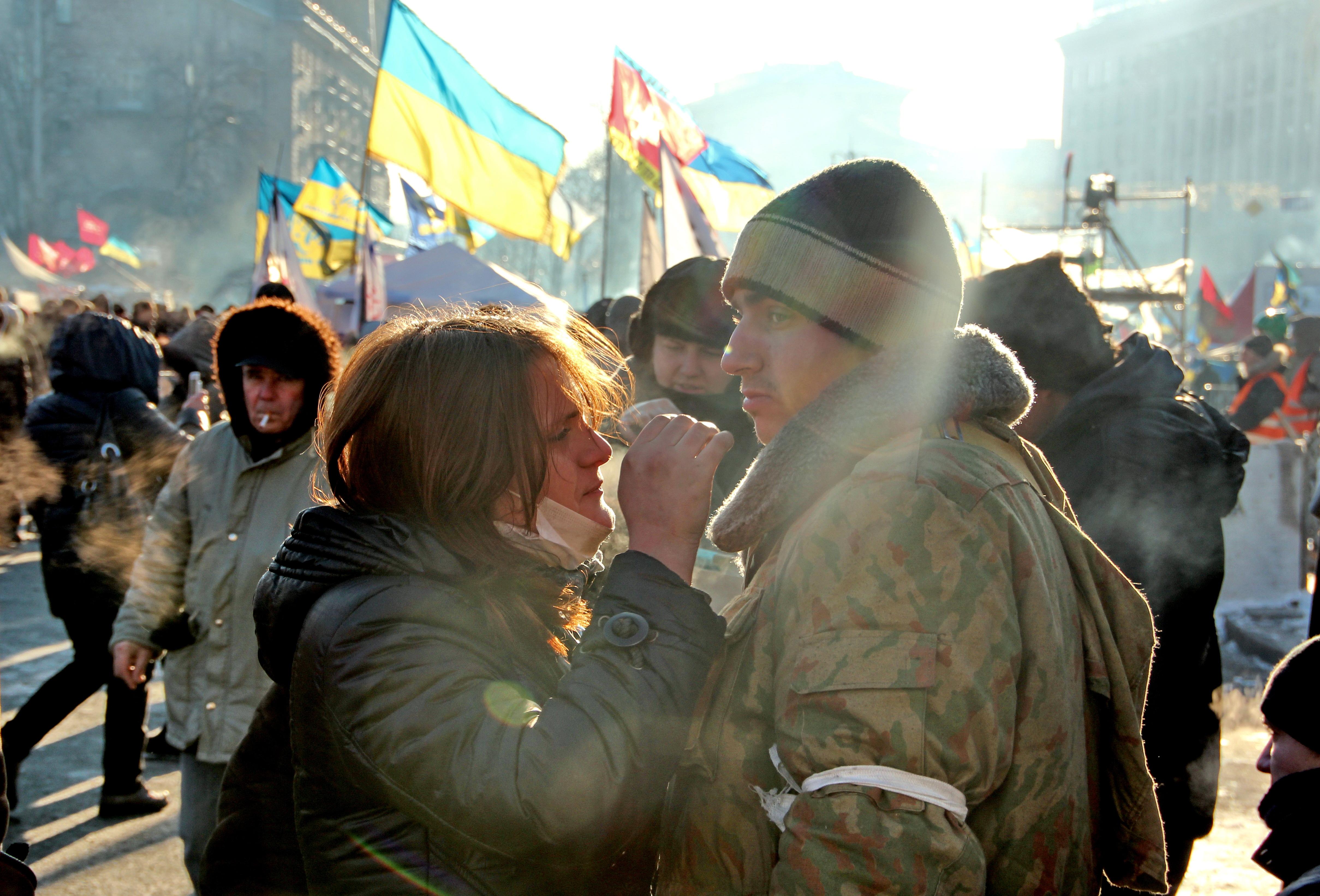 Украина, Киев. Площадь Независимости / Майдан Незалежности. Молодая пара защитиков Майдана.
