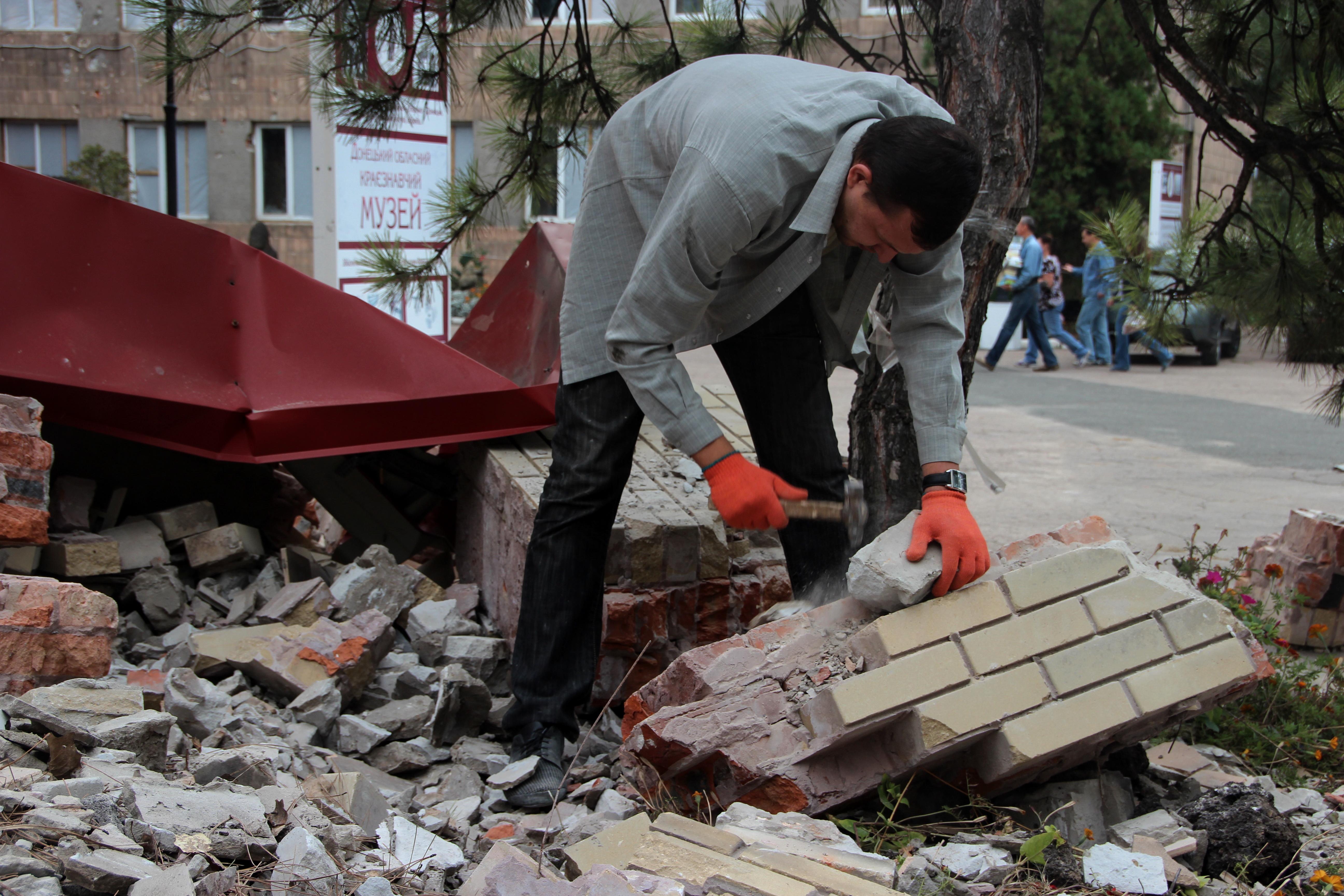 Волонтеры восстанавливают Донецкий областной краеведческий музей, пострадавший при артобстреле. Сентябрь 2014 г.