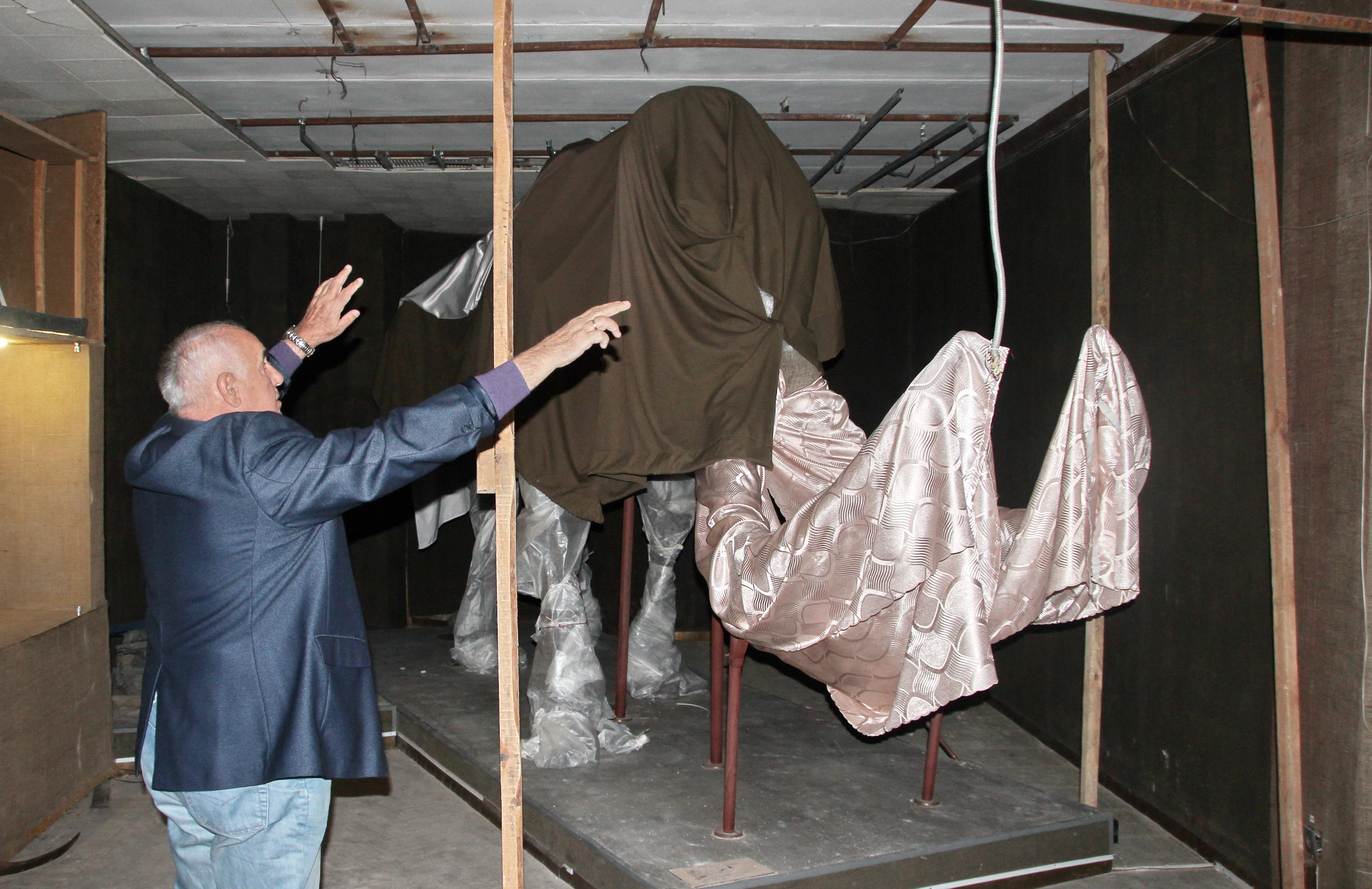 Единственный украинский мамонт поддерживает потолок зала Донецкого областного краеведческого музея, пострадавшего при артобстреле. Сентябрь 2014 г.
