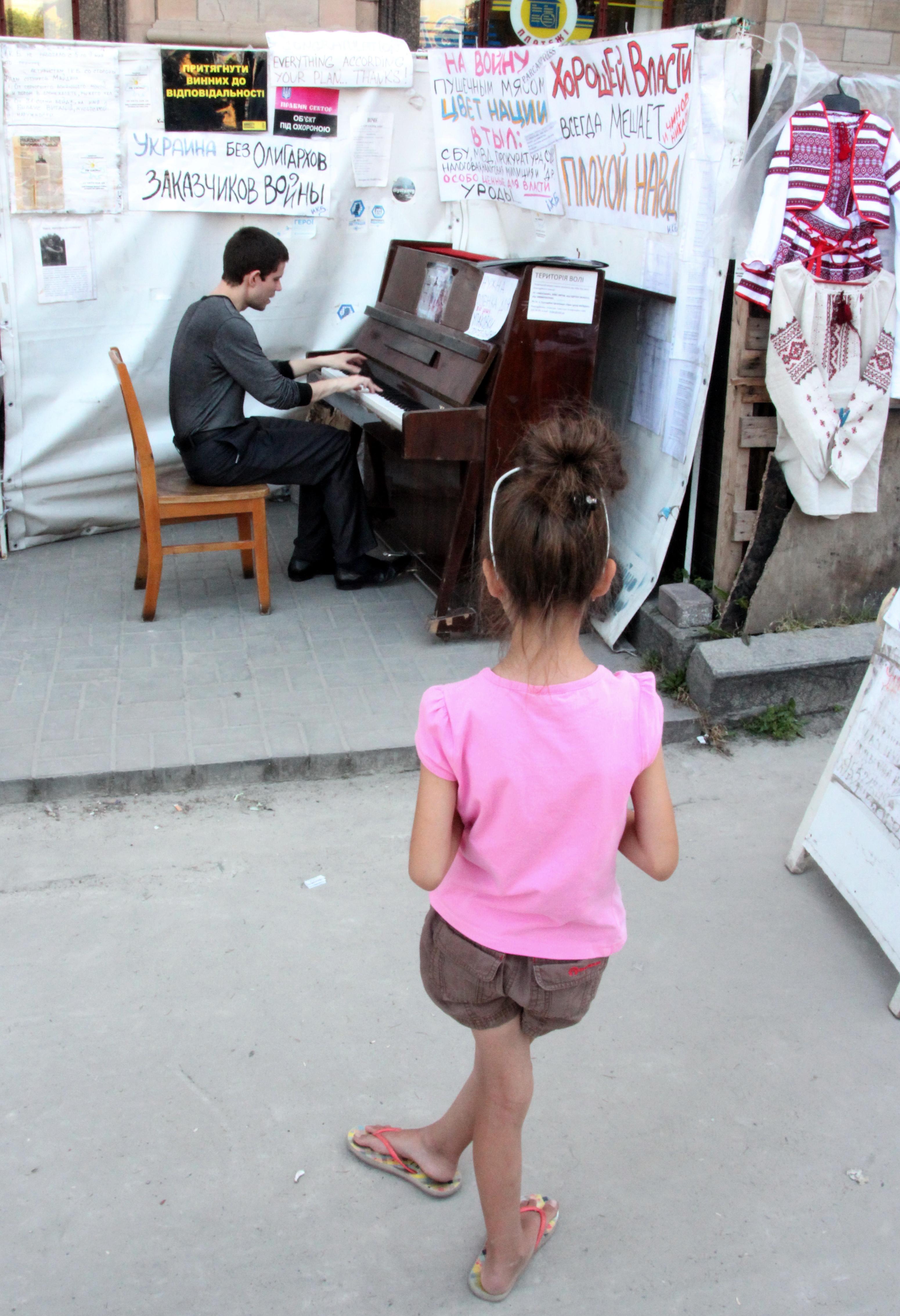 Киев. Пианист на Майдане Незалежности. Июль 2014