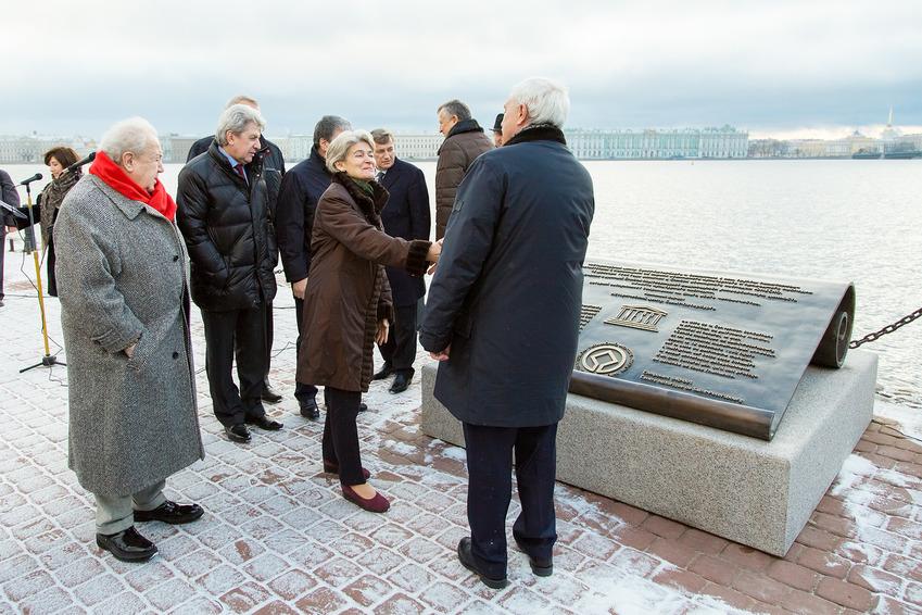 И. Бокова и Г. Полтавченко Памятный знак ЮНЕСКО