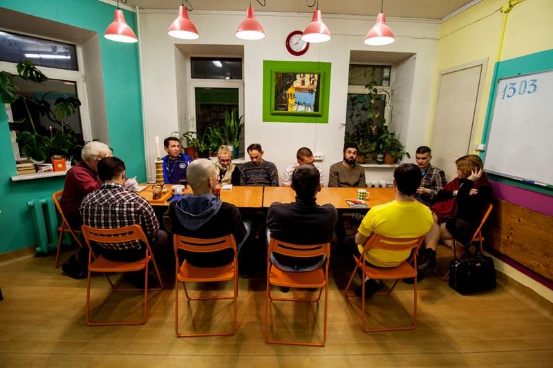 Собрание участников программы «Дом на полдороги» в библиотеке «Ночлежки»