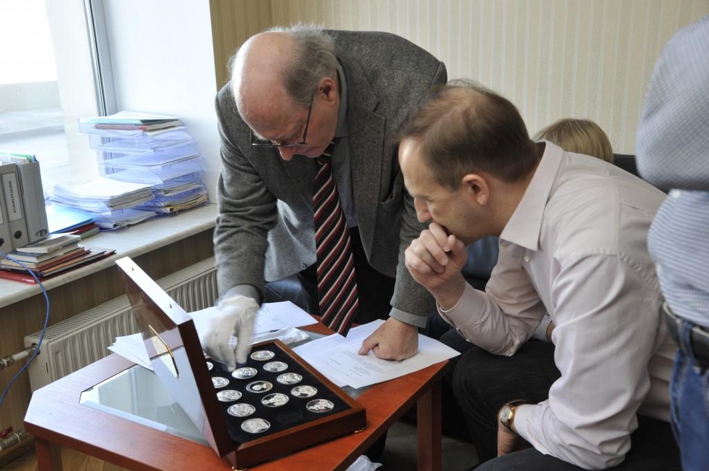 Иван Эмануэль и Виктор Файбисович с оленинскими медалями в Эрмитаже
