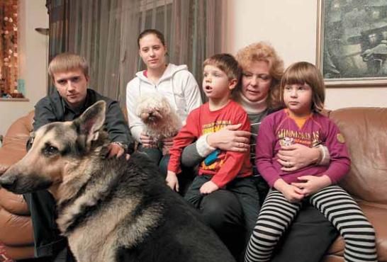 Дома с детьми: Володя, Александра, четырехлетние Владик и Вика, а также общие любимцы Рекс и Карлуша