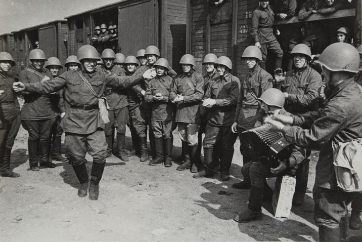 Поезда идут на фронт. Пляшет красноармеец В. Кочетков. 1941 / Trains Leaving for the Front. Red Army Man V. Kochetov Dancing. 1941