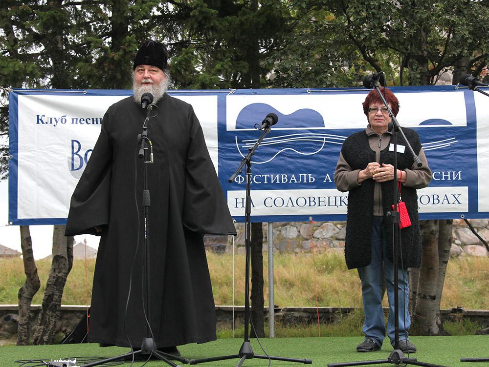 Татьяна Зорина получает благословение на проведение фестиваля от иеромонаха Петра
