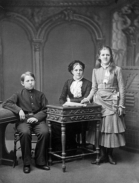 Достоевский Ф. М.; родные:  Анна Григорьевна Достоевская с детьми, Любовью и Федором; 1870-е