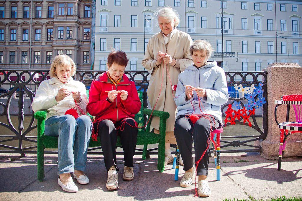 Бабушки свяжут варежки