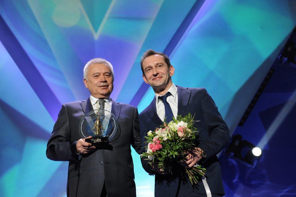 Вагит Алекперов  вручает премию за благотворительный музыкальный спектакль «Поколение Маугли» Константину Хабенскому.
